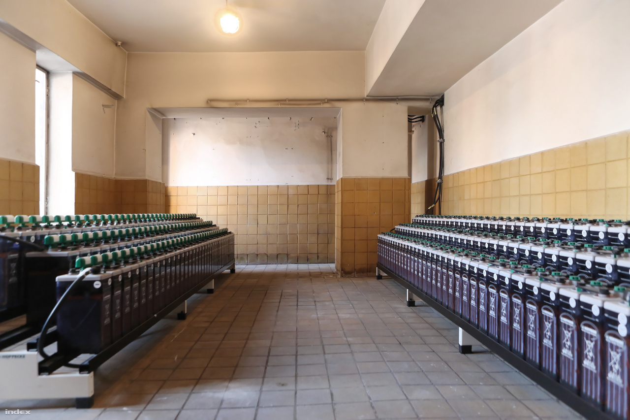 Hat sornyi zárt terű savas akkumulátorból áll a helyi szünetmentes táp.