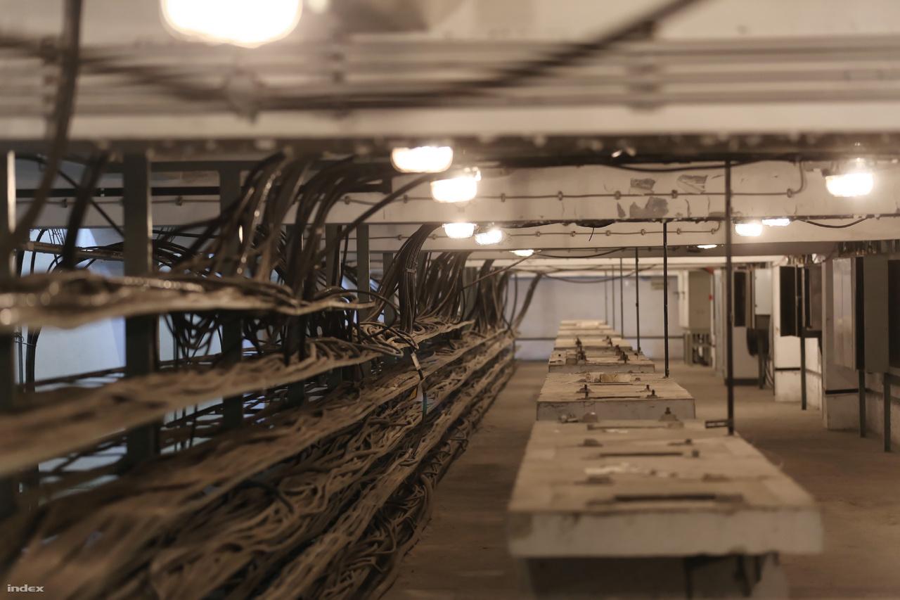 A kábelrendező szint alatti folyosó.