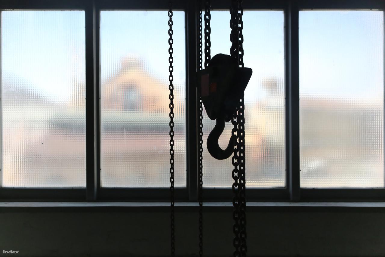 Kilátás a Csarnok térre. Ezen a szinten eredetileg sokkal szebb, úgynevezett kopolit üveg pallókból állt az ablak, de egy robbanás miatt kitörtek és biztonsági okokból drótüveg ablaktáblákat építettek be.
