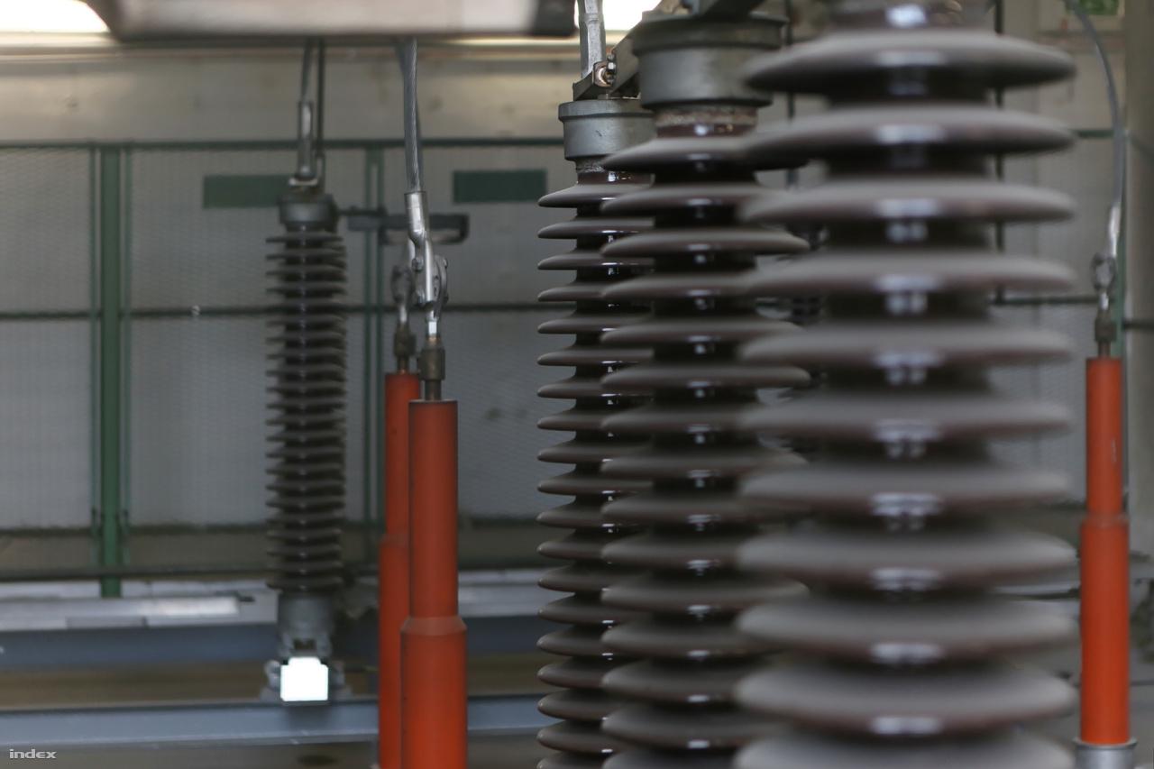 A hazai erőművekből (pl. Paks) 440 kilovoltos távvezetékeken először úgynevezett gráfcsomópontokba jut az elektromos áram, ahol 120 kilovoltos erősségűvé alakítják. Ezekből a Csarnok térihez hasonló trafóházakba érkezik (Budapesten nyolc ilyen szintű komplexum zümmög), ahol a 120 kilovoltos áramból 10 kilovoltos áramot varázsolnak a gépek.