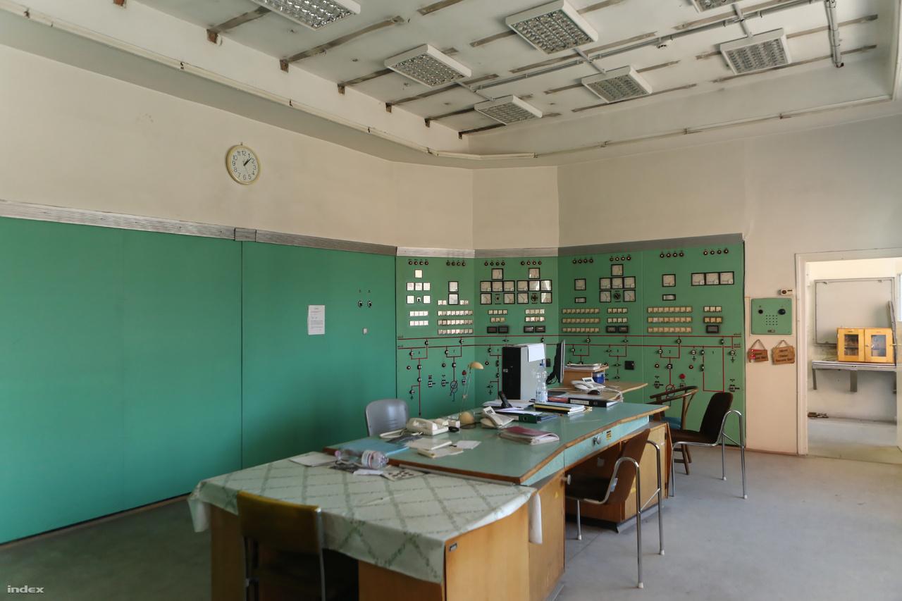 A vezénylőterem napjainkban már nem olyan látványos, mint új korában. Az egyre korszerűbb irányítástechnikai berendezések, a számítógépek miatt már csak négy fali panelen vannak műszerek, lámpák és kapcsolók.