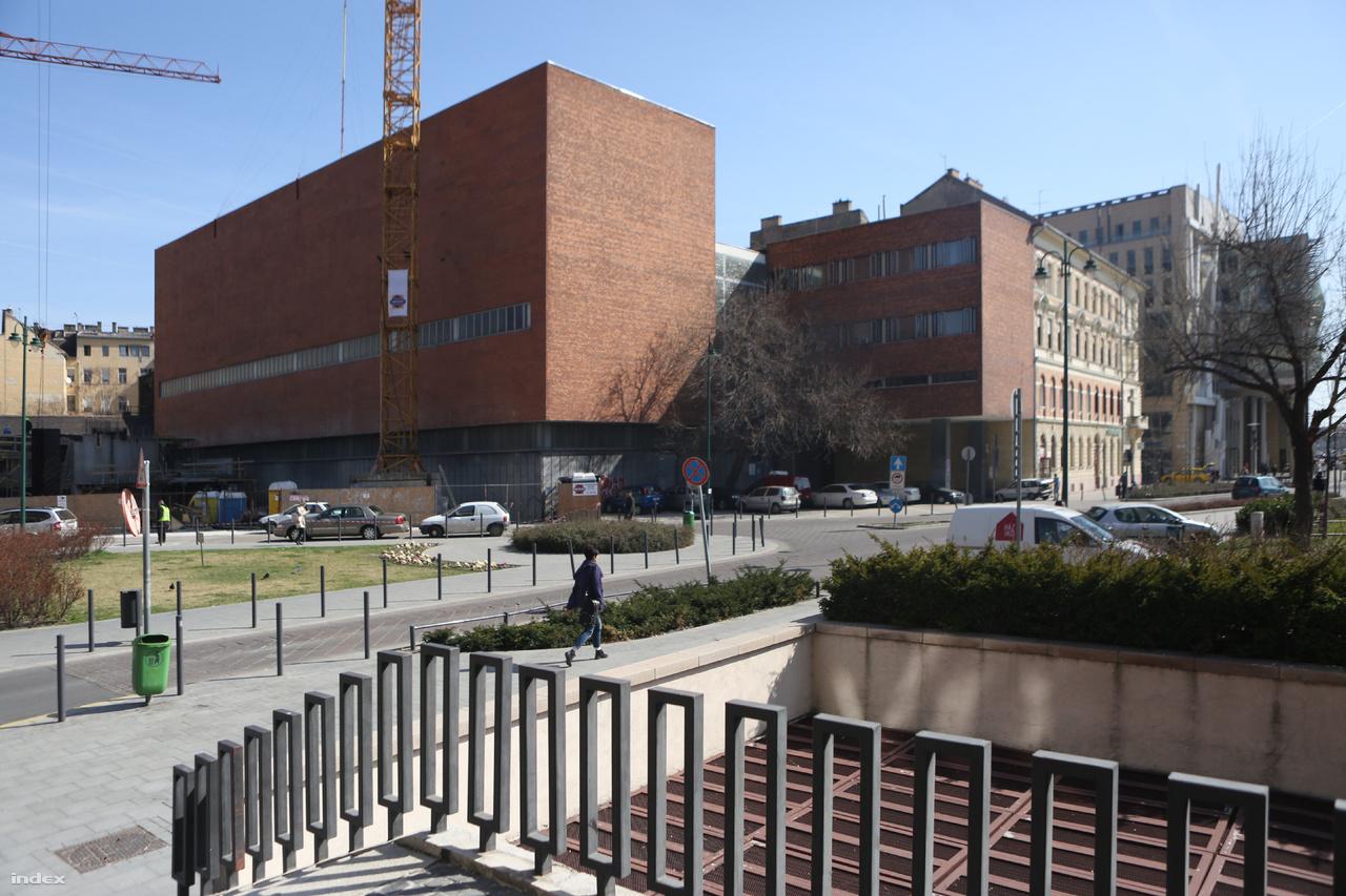 Az Elmű csarnok téri trafóháza 1963 és 1965 között épült. Tíz év alatt összesen három ilyen funkciójú épült a belvárosban, ezen kívül a Dob utcai és a Katona József utcai épület viseli magán a nyugatias, skandinávos építészeti gondolkodás jegyeit.
