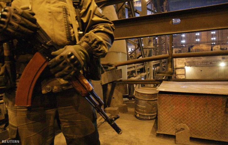 Egy szakadár fegyveres őrzi a Juzovszki kohászati üzemet Donyeckben