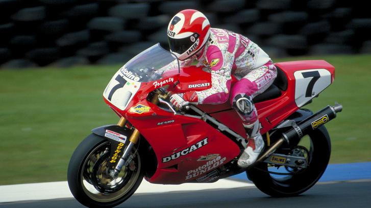 Carl Fogarty valamikor talán 1994-ben egy Superbike Ducatin