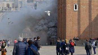 Füstbombák robbantak a Szent Márk téren
