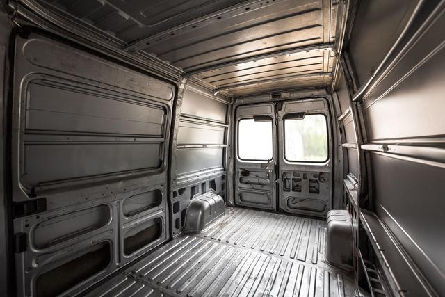 Rundebelláék furgonja berendezés előtt