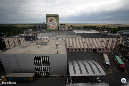 A gyár a legmagasabb erjesztőtorony tetejéről.