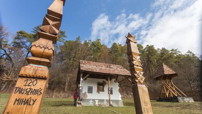 Kopjafákból építették meg a vízzel elárasztott falu kicsinyített mását