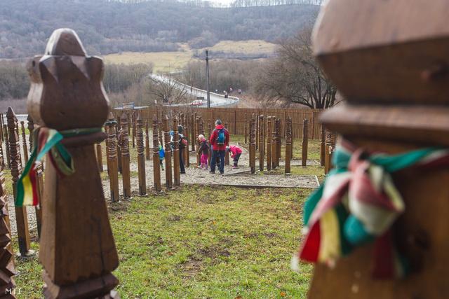A park területén a falu alaprajza szerint alakították ki a sétányokat