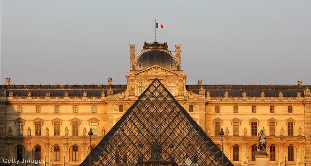 A Louvre: sokakat kiborít