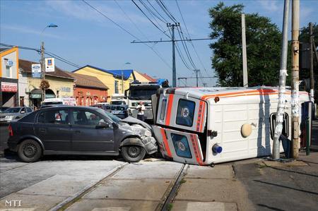 A baleset miatt leállt az 50-es villamos forgalma is