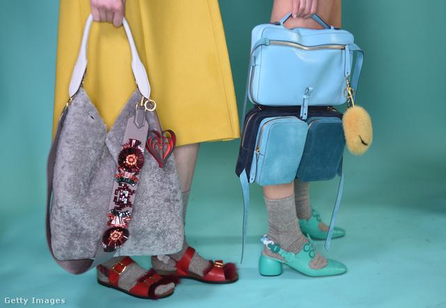 Szőrmével bevont táska és hátizsák fazon Anya Hindmarch kollekciójában.