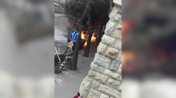Kiégett egy autó a VI. kerületben