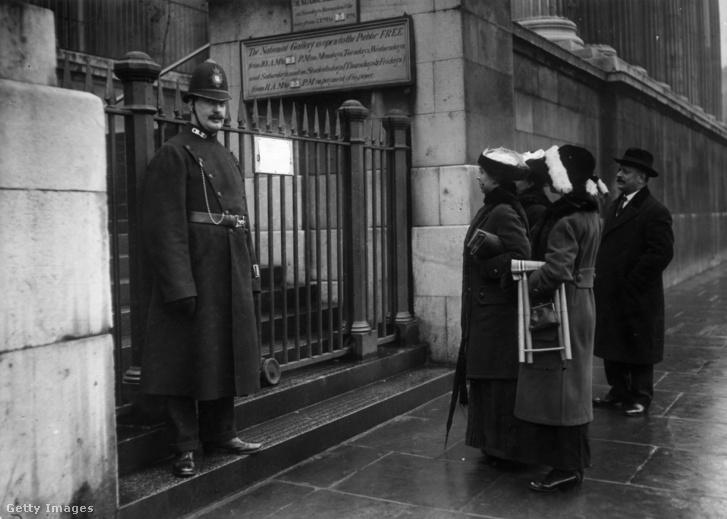 A zárva tartó National Gallery előtt rendőr strázsál a 1914-es támadást követően.