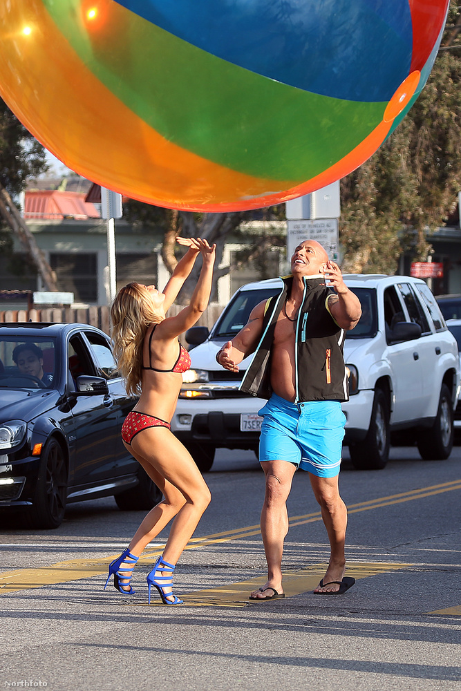 De amint az látszik, olykor bikiniben is lesz szerencséjük a nézőknek megtekinteni a modellt.