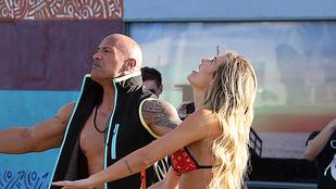 Kelly Rohrbach bikiniben labdázgat Dwayne Johnsonnal