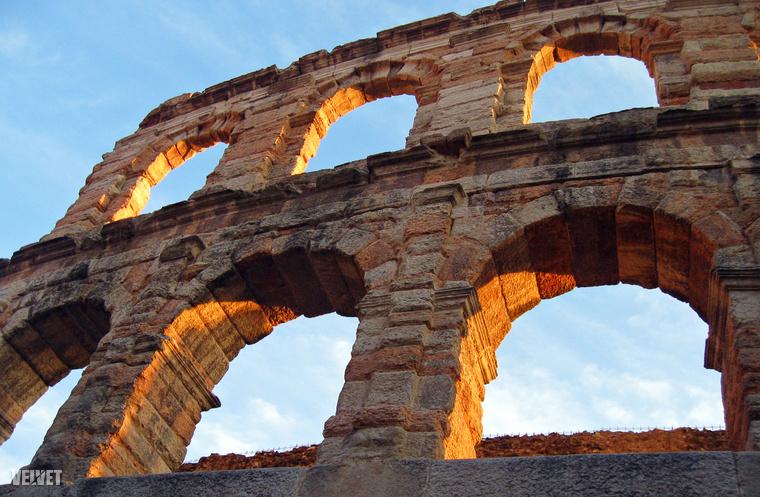 Így fest közelebbről a római kori amfiteátrum, ahol egész nap hosszú sorokban várakoznak a kasszánál, hogy bejussanak