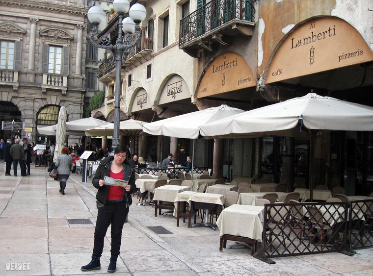 Még mielőtt megnéznénk Verona leghíresebb erkélyét, érdemes szót ejteni a Piazza delle Erbe-ről, ez a város középkori vásártere.Mert itt is sok híres erkély van még,melyekről Shakespeare írhatott volna romantikus történteket.