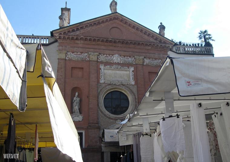 Padova centruma tele van kávézókkal, bisztrókkal, az elegáns éttermek jól megférnek a talponálló pizzériák, büfék mellett