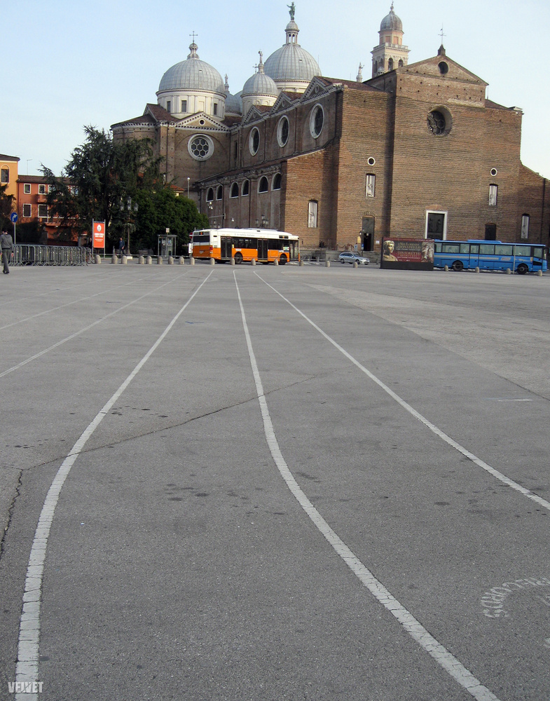 Olaszországban az autópályákon fizetőkapuk vannak, így nem kell aggódni, hogy nincs matricánk, ha feltévedünk egyikre