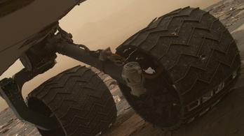 Töréseket találtak a Curiosity kerekén