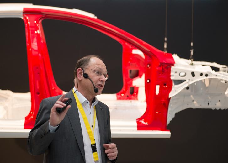 Werner Joeris mérnök a nagyszilárdságú acélokat veszi számba