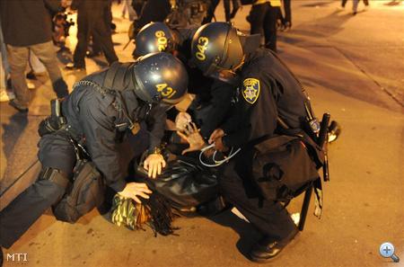 Tüntetőt fognak le rohamrendőrök.