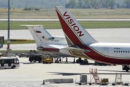 Amerikai és orosz repülőgép várakozik a schwechati repülőtéren