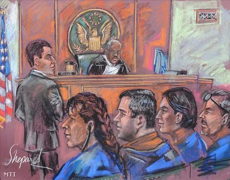Bírósági rajzoló képe, amelyen Vicky Pelaez, Richard Murphy, Cynthia Murphy és Juan Lazaro ül Ronald Ellis bíró előtt a mahattani szövetségi bíróság tárgyalótermében tartott meghallgatáson