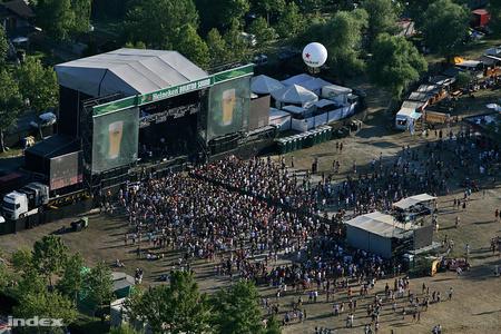 Laza délutáni tömeg a nagyszínpad előtt (Fotó: Huszti István)