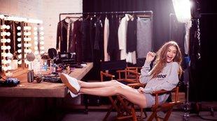 Mosolygós cipőreklám Gigi Hadiddal