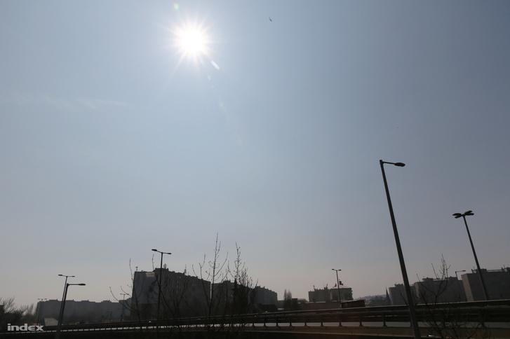 A házak közti sárgás levegő árulkodik a szaharai por jelenlétéről