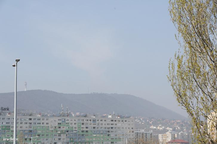 Elhomályosult budai hegyek látványa a szerkesztőség ablakából