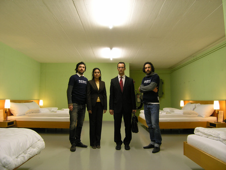 Az alapítók a hotel egyik szobájában (balról jobbra): Frank Riklin, Samira-Singhvi- és Daniel Charbonnier, illetve Patrik Riklin