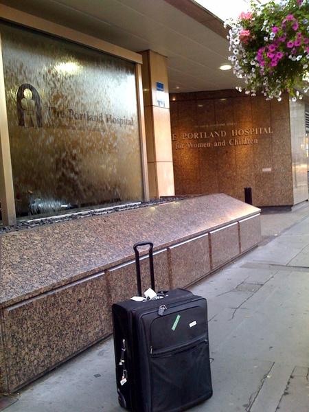 Bőrönd a bejáratnál