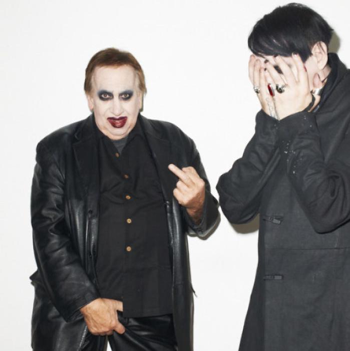 Marilyn Manson apja meglepte fiát, amikor éppen Terry Richardson fotózta. Ez a kép a bizonyíték arra, hogy az apák privilégiuma annyira zavarba hozni a gyereküket, amennyire az emberileg lehetséges.