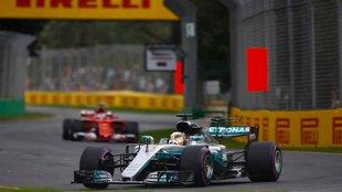 Hamiltoné a szezon első pole-ja, Vettel szét-választotta a Mercedeseket