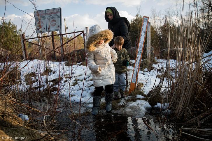 Törökországból érkező család az amerikai-kanadai határon