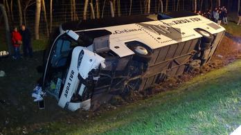 Felborult egy busz az M5-ösön