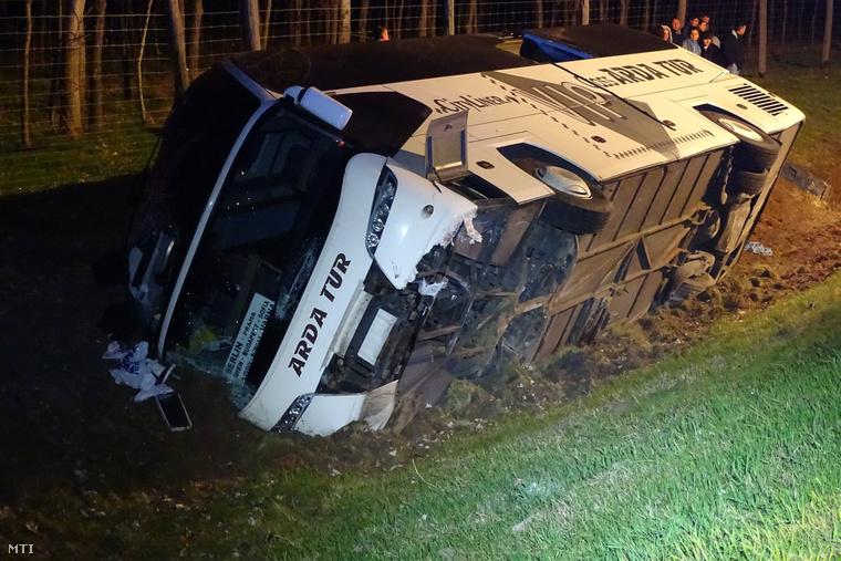 A buszon utazók közül öten sérültek meg könnyebben