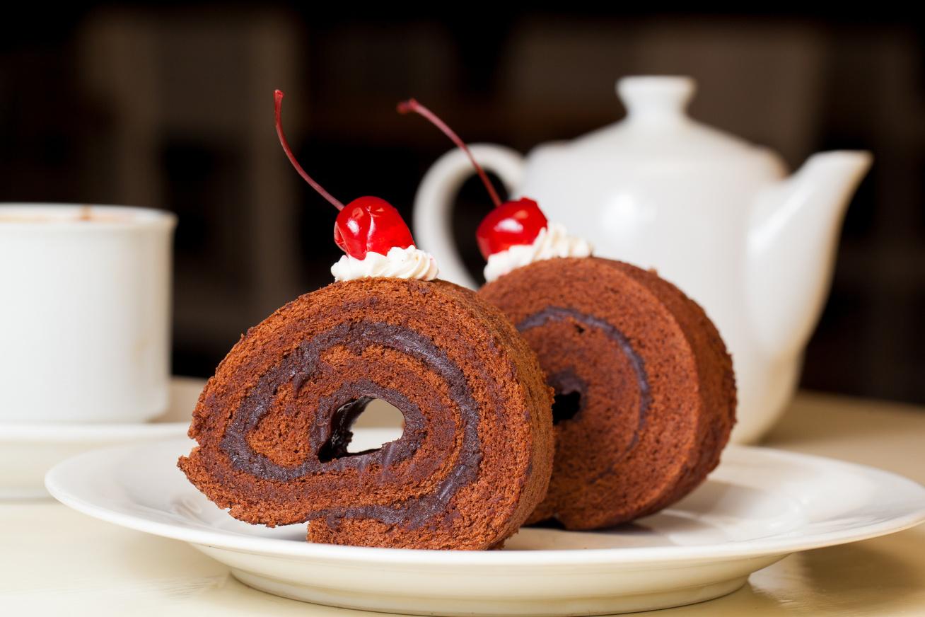 Kakaós piskótatekercs csokis krémmel: így nem törik meg a tészta