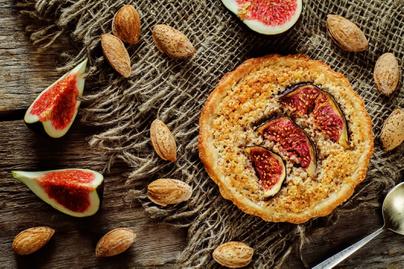 Omlós, gyümölcsös süti mandulakrémmel töltve