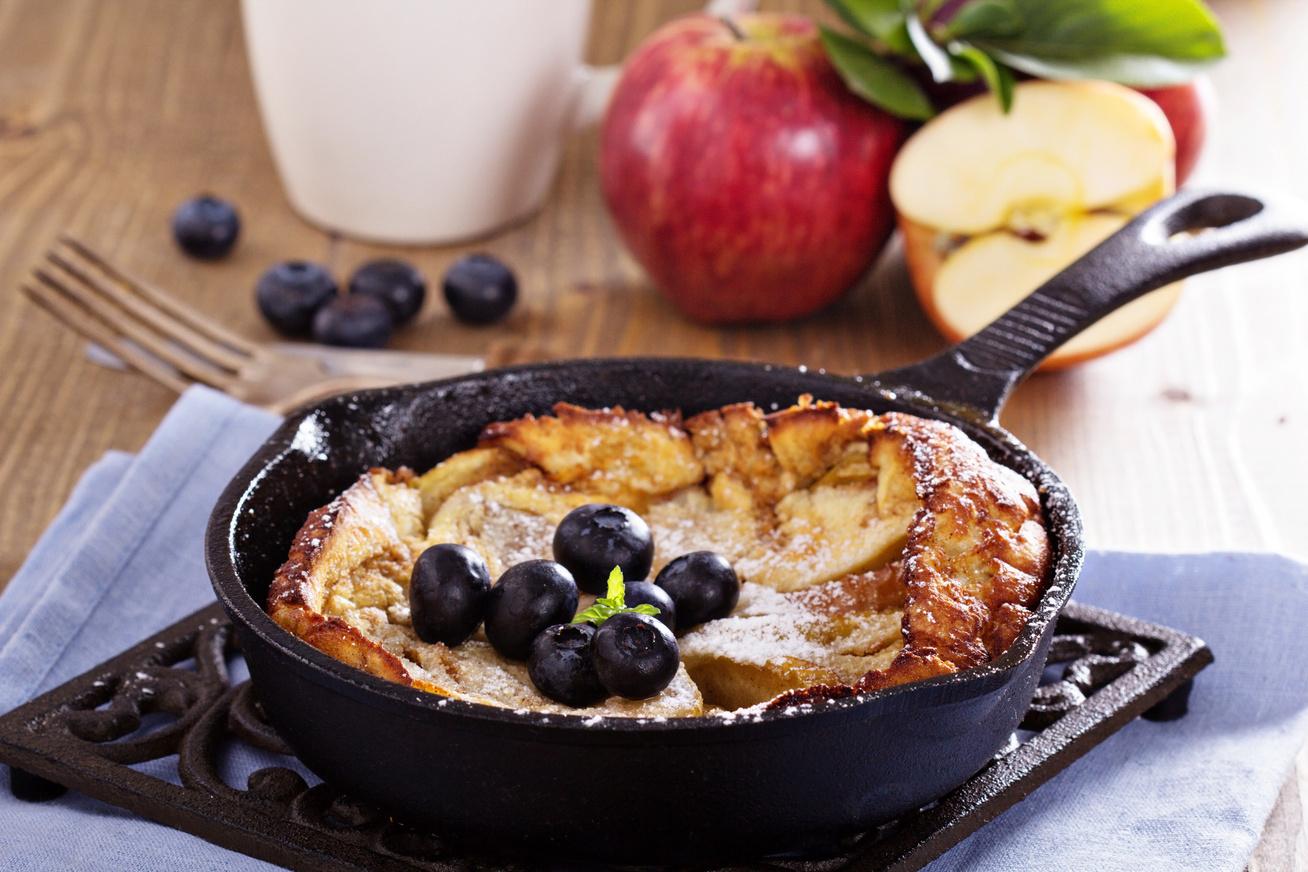 Ropogós karamellizált almás palacsinta gyümölcsdarabokkal