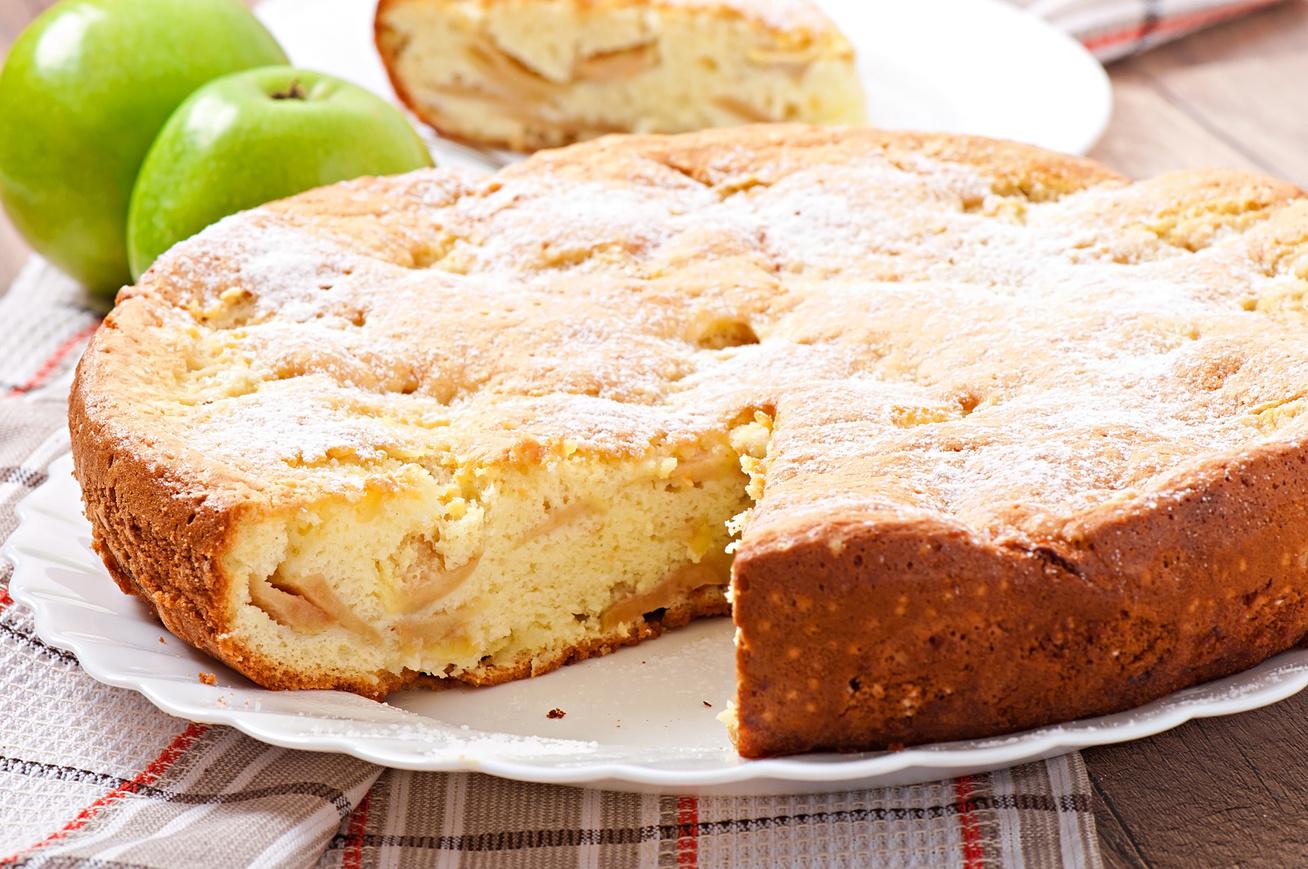 Tradicionális toszkán almatorta egyszerű kevert tésztából