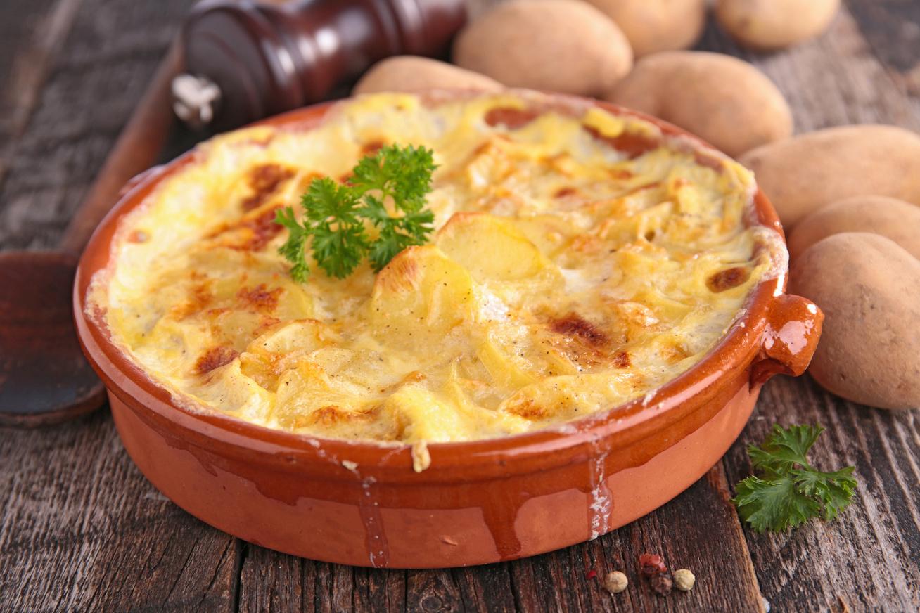 Csirkével és tojással rakott édeskrumpli sok sajttal egybesütve