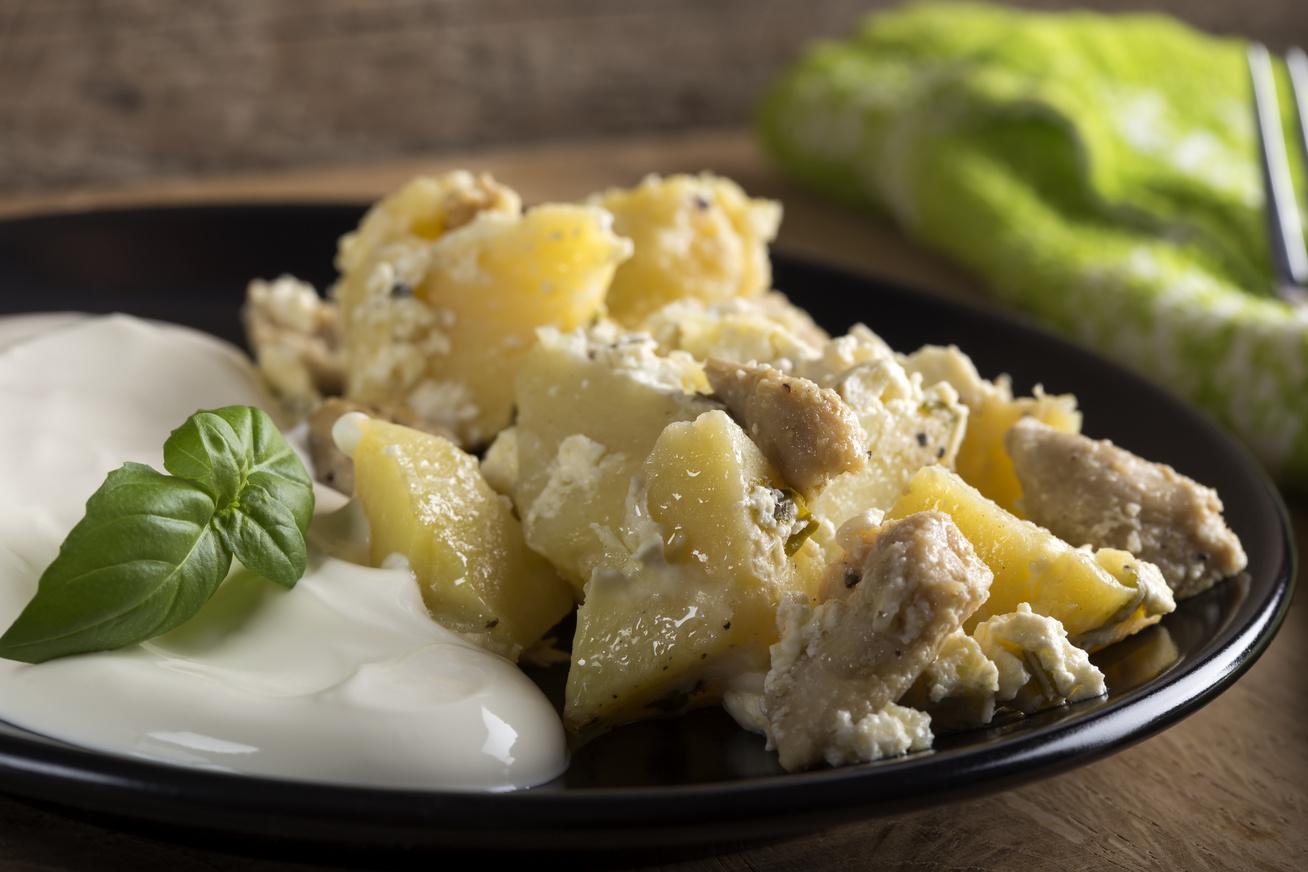 Krumpliágyon sült ropogós csirke sok sajttal leborítva