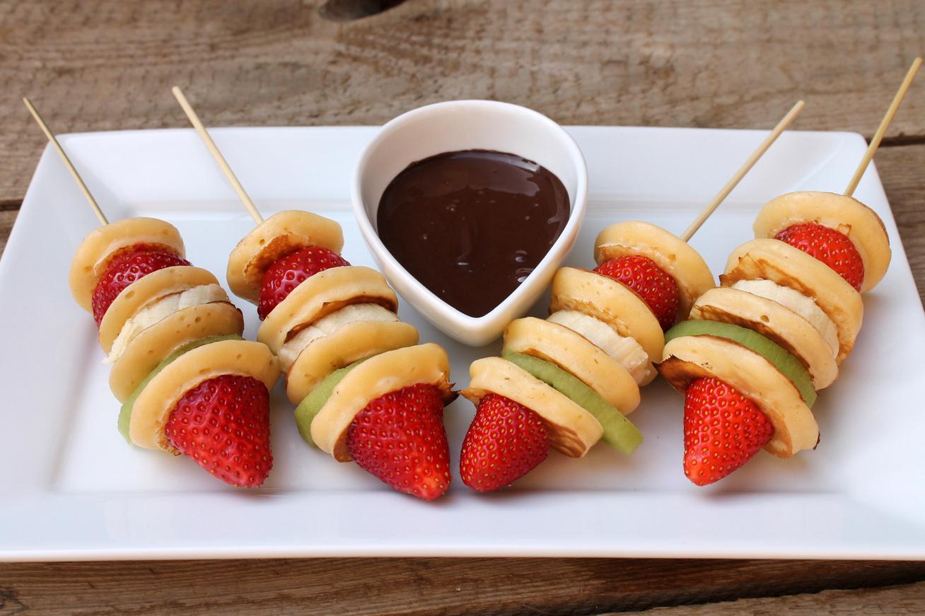 Gyümölcsös palacsintanyársak csokiszósszal