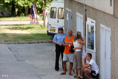 Hozzátartozók várakoznak a kettős gyilkosság helyszínén, Móron