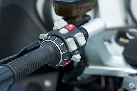 A BMW nagyon érzi ezt a kapcsolófétist: egy gombba integrált fénykürt és reflektor, tempomat, a futómű és kipörgésgátló funkciógombja, az állítható plexi kapcsolója, index, duda, vészvillogó, a fedélzeti számítógép funkció gombja és persze az újonnan kifejlesztett motoros iDrive.