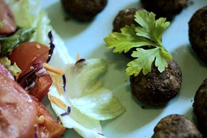 Ropogós répafasírt friss salátával